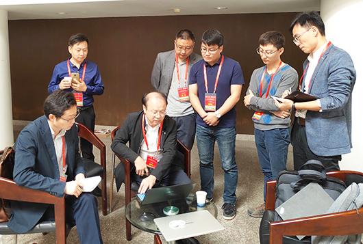 研发团队参加学术会议间隙讨论研究方案.jpg