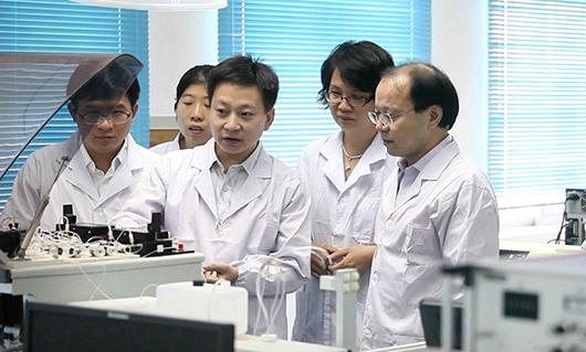 王双飞教授与团队成员探讨研究中遇到的问题.jpg